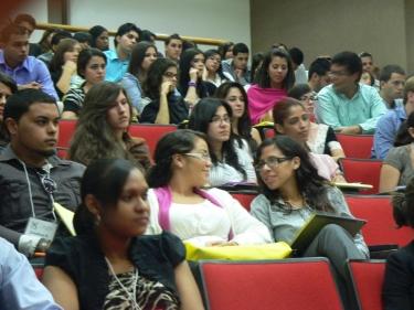 Estudiantes durante el Simposio CienciaPR 2011