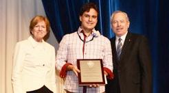 Daniel Colón Ramos, recibiendo premio AAAS