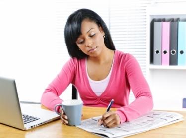 Mujer en su escritorio